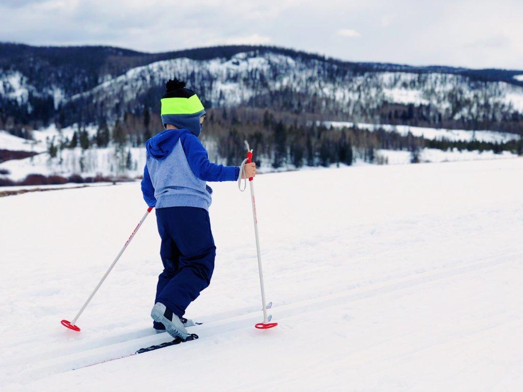 Дете на ски