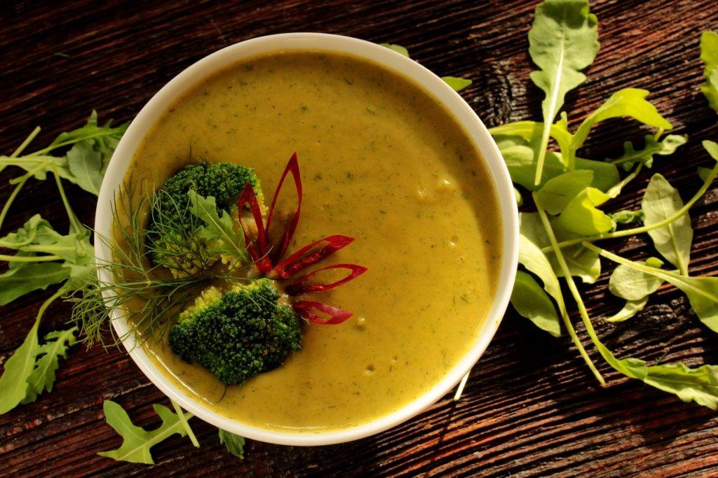 Зимна супа от броколи, чедър и сметана